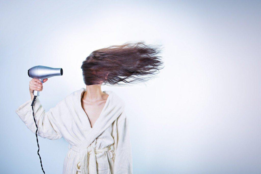 Zabiegi, które najbardziej niszczą włosy